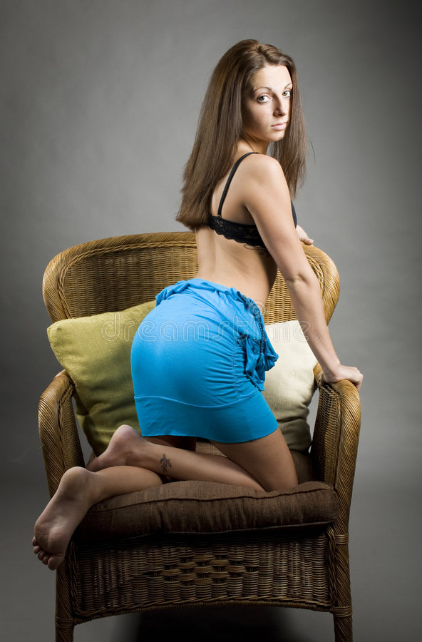 Frau, die im Stuhl knit stockbild