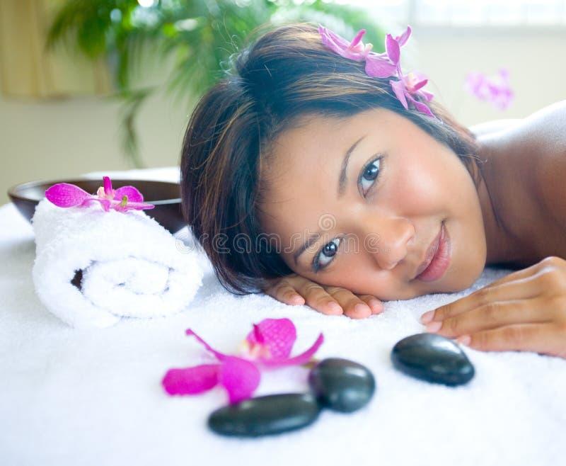 Frau, die im Tagesbadekurort sich entspannt stockfotos