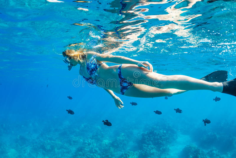 Frau, die im tropischen Ozean schnorchelt lizenzfreies stockfoto