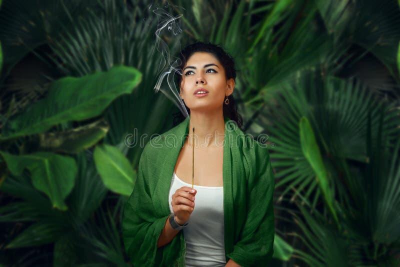 Frau, die im tropischen Regenwald meditiert stockfoto