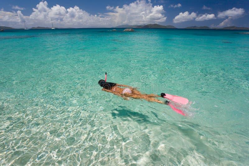 Frau, die im tropischen Wasser schnorchelt lizenzfreies stockfoto