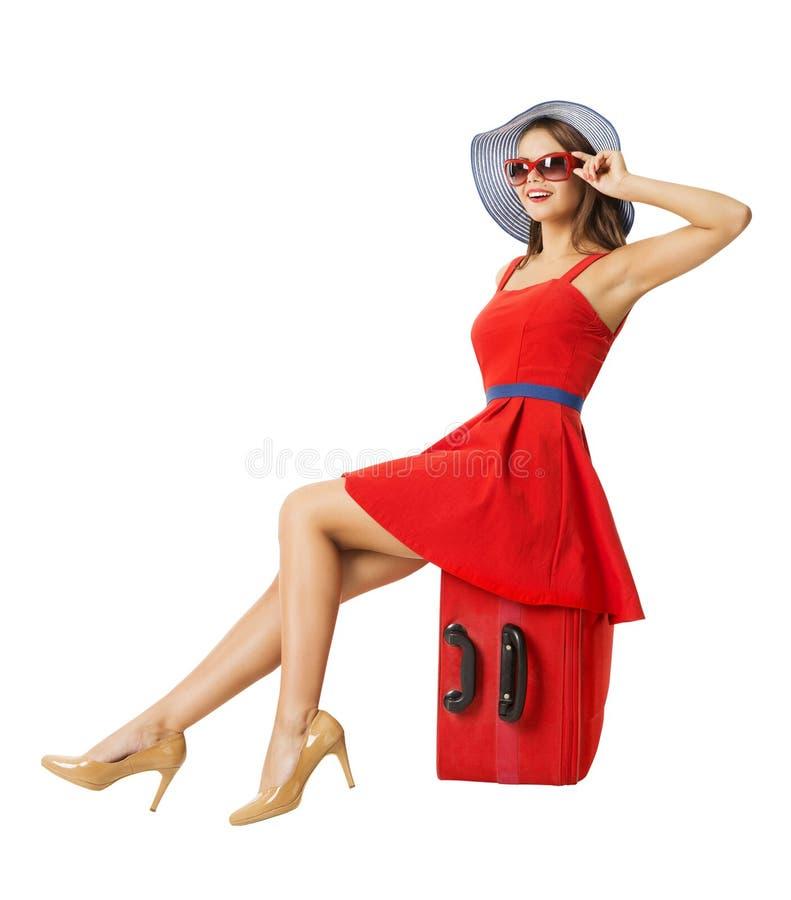 Frau, die im Urlaub Koffer sitzt Klappstuhl auf Strand in Brighton stockfotografie