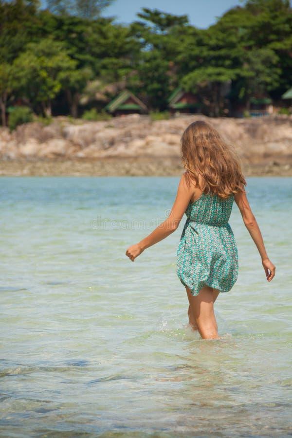 Frau, die im Wasser Knie-tief steht lizenzfreie stockfotografie