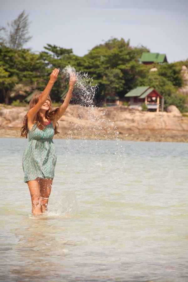 Frau, die im Wasser Knie-tief steht lizenzfreie stockfotos