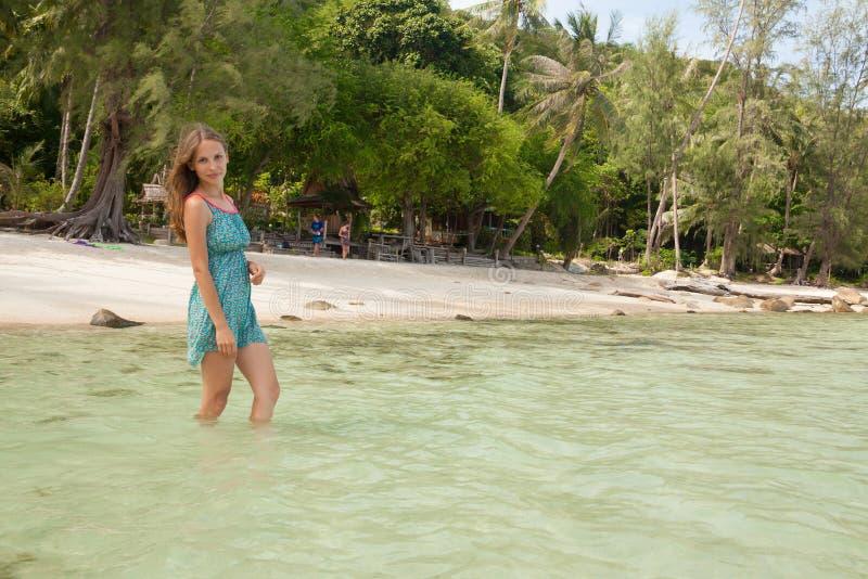 Frau, die im Wasser Knie-tief steht lizenzfreies stockbild