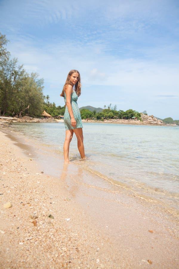 Frau, die im Wasser Knie-tief steht lizenzfreie stockbilder