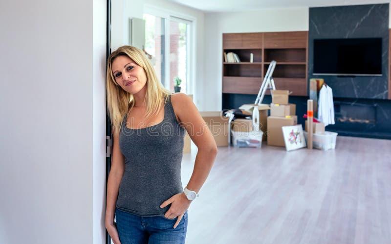 Frau, die im Wohnzimmer aufwirft lizenzfreies stockbild