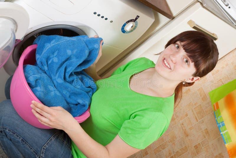 frau die innen kleidung zur waschmaschine setzt. Black Bedroom Furniture Sets. Home Design Ideas