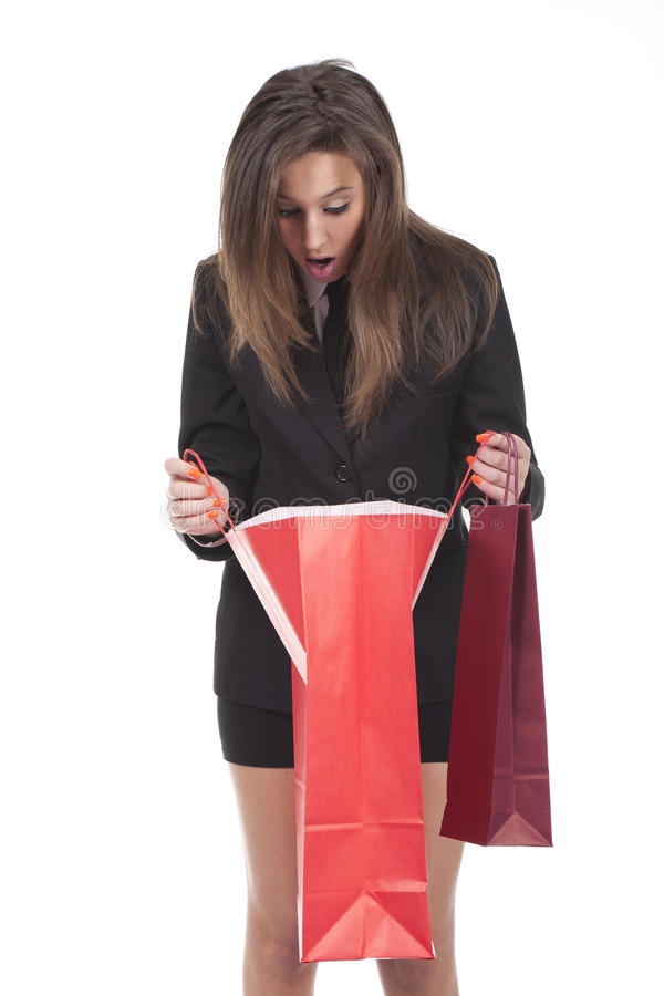 Frau, die innere Einkaufstasche schaut lizenzfreies stockfoto