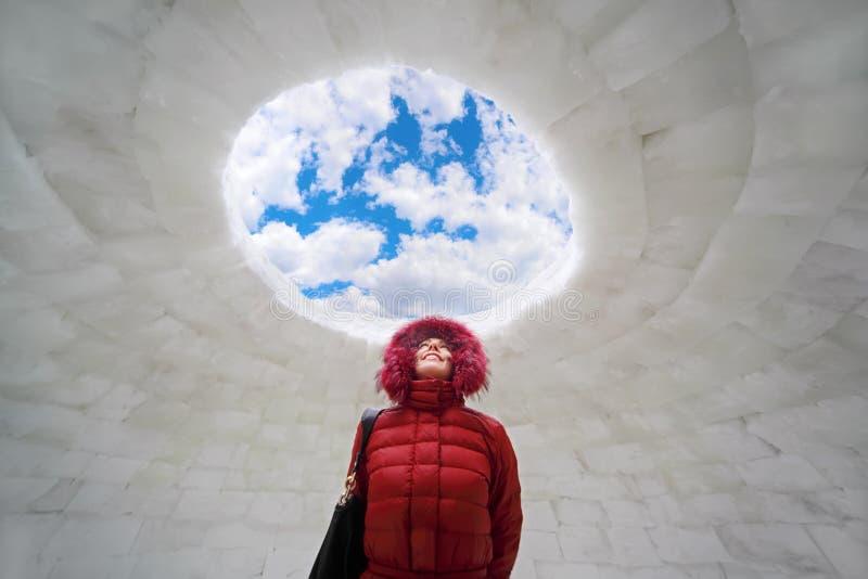 Frau, die inneren Iglu am Winter steht lizenzfreie stockfotos
