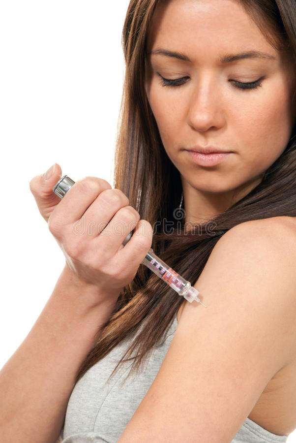 Frau, die Insulin-Grippeimpfung durch Spritzefeder bildet lizenzfreie stockfotografie