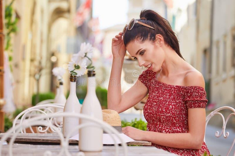 Frau, die italienischen Kaffee am Café auf der Straße in Toskana trinkt stockbilder