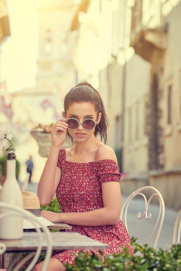 Frau, die italienischen Kaffee am Café auf der Straße in Toskana trinkt stockfoto