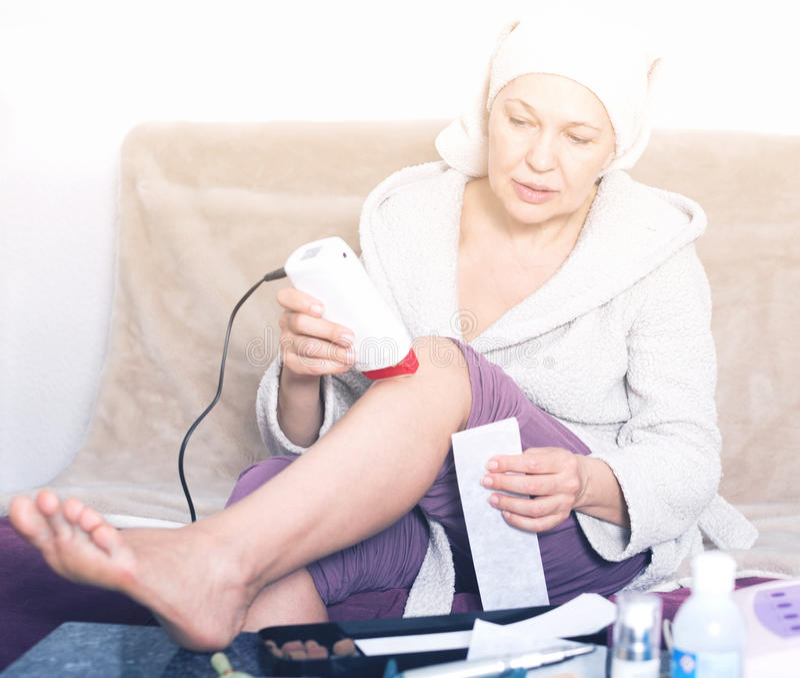 Frau, die Körperhaarabbau tut lizenzfreies stockbild