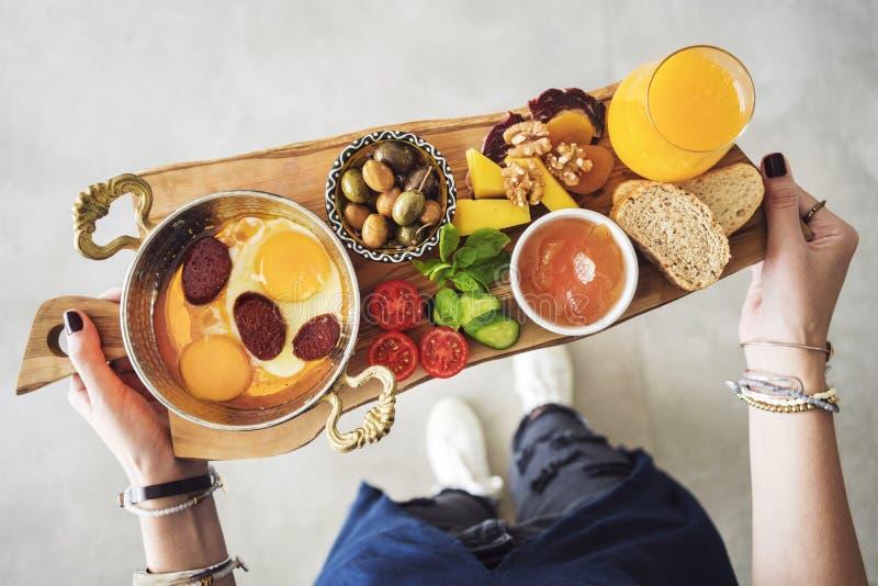 Frau, die köstliches traditionelles türkisches Frühstück auf Schneidebrett trägt lizenzfreie stockfotos