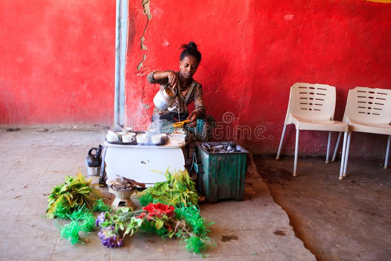 Frau, die Kaffee für Touristen auf eine traditionelle Art zubereitet stockfotos