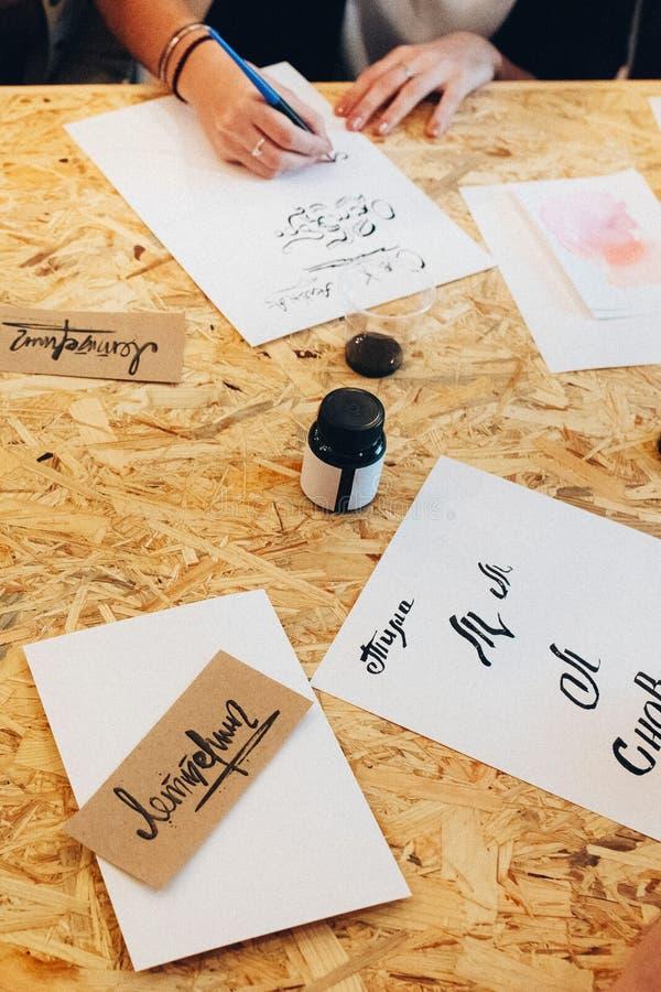 Frau, die kalligraphische Briefe schreibt lizenzfreie stockfotografie