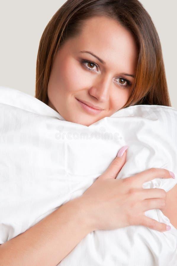 Frau, die Kissen hält stockbild