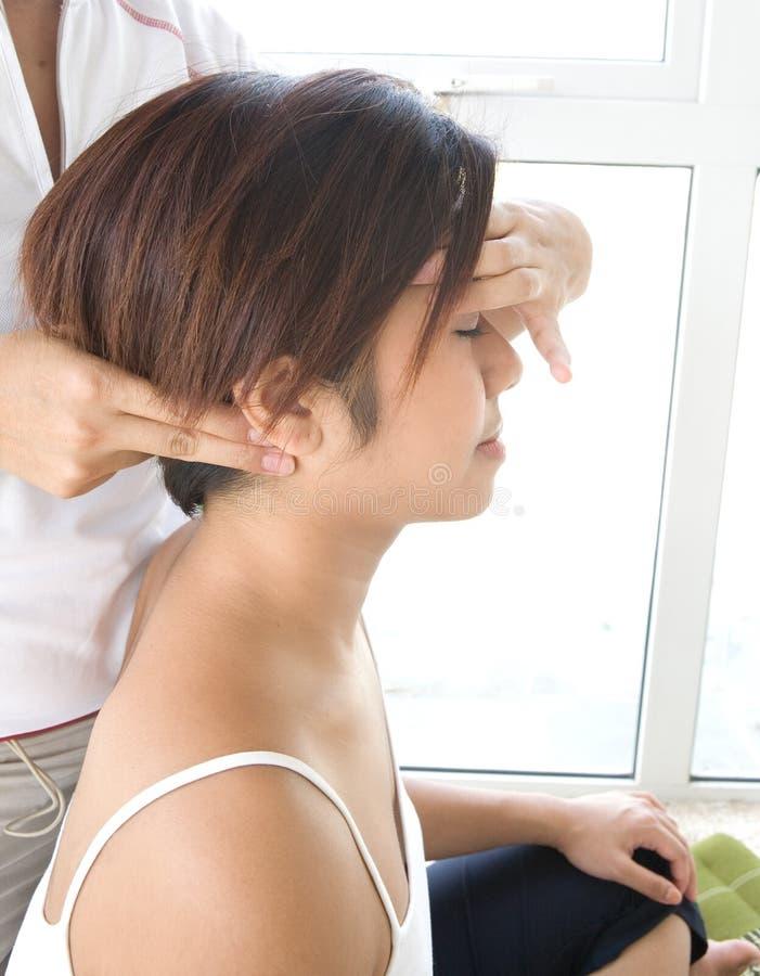 Frau, die Kopf- und Stutzenmassage empfängt stockfoto