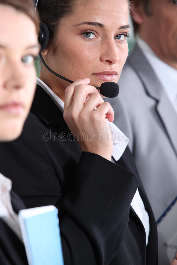 Frau, Die Kopfhörer Verwendet Lizenzfreies Stockbild