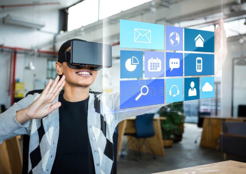 Frau, die Kopfhörer VR-virtueller Realität mit Schnittstelle trägt stockbilder