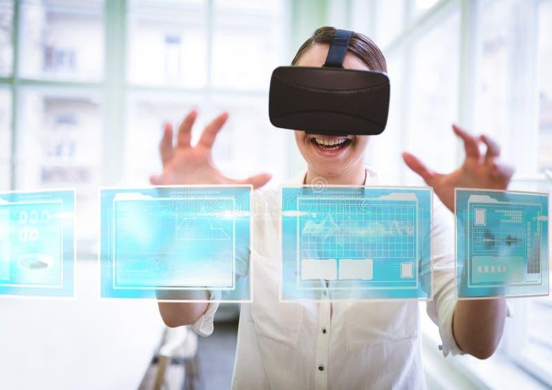 Frau, die Kopfhörer VR-virtueller Realität mit Schnittstelle trägt lizenzfreie stockbilder