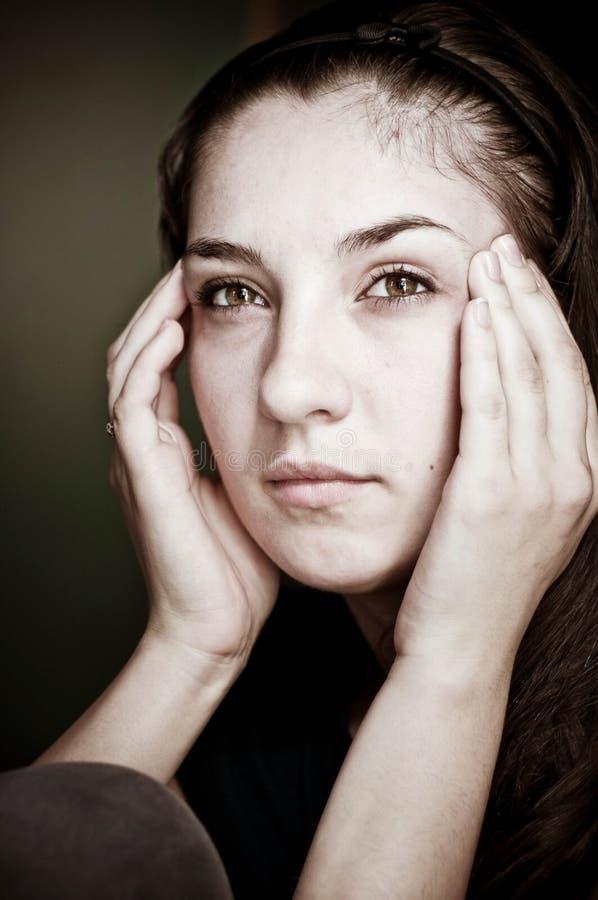 Frau, die Kopfschmerzen hat stockfoto