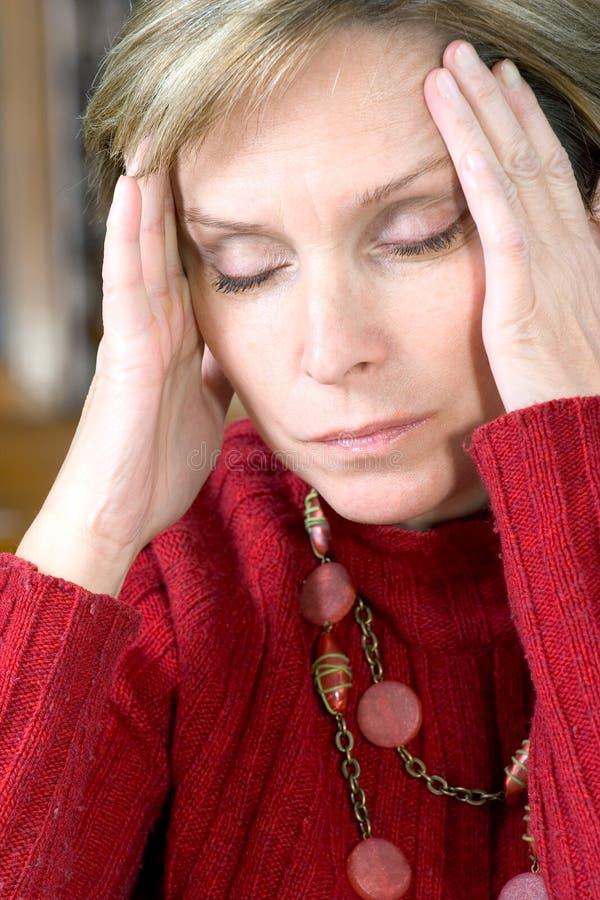 Frau, die Kopfschmerzen hat stockfotografie