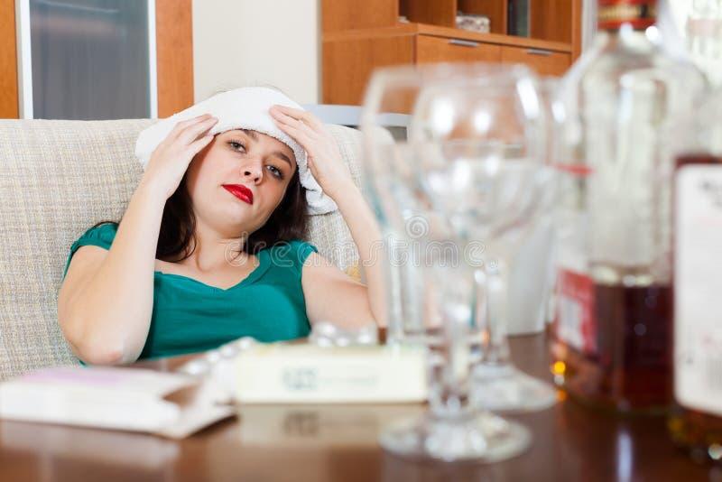 Frau, die Kopfschmerzen im Morgen nach Partei hat lizenzfreie stockfotografie