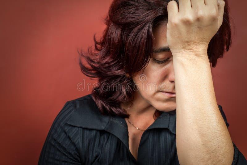 Frau, die Kopfschmerzen oder eine starke Krise sufffering ist stockbilder