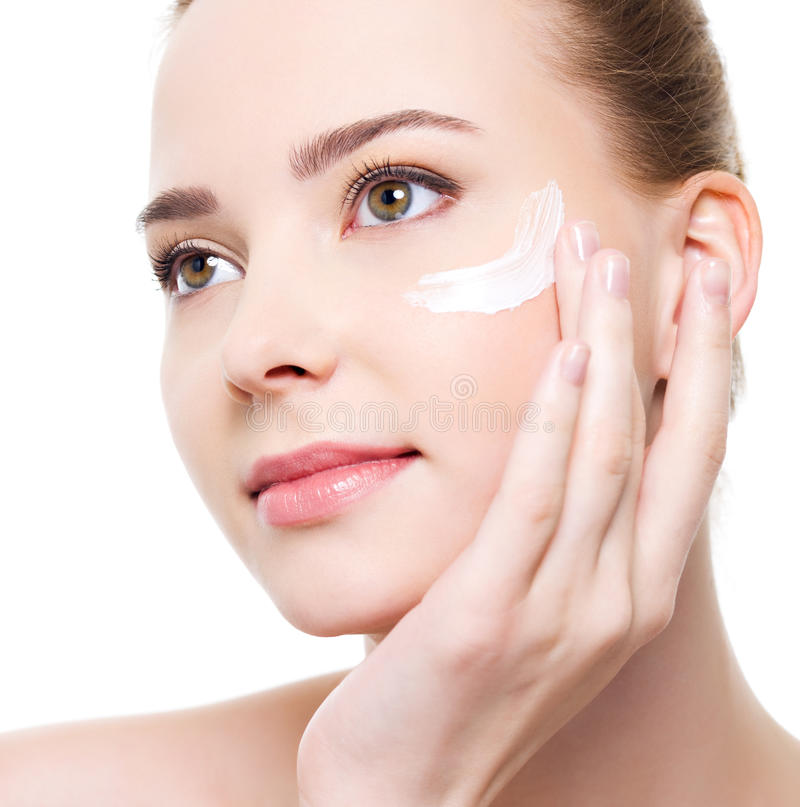 Frau, die kosmetische nahe Augen anwendet stockfotos