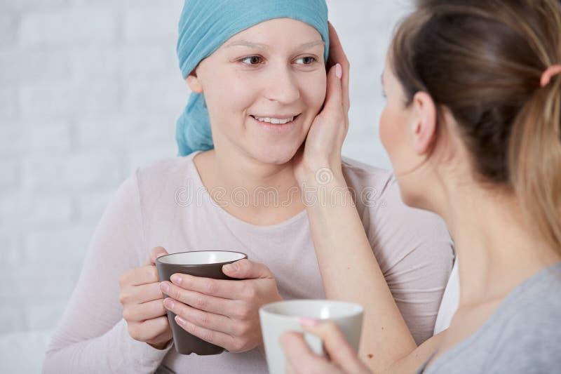 Frau, die kranke Schwester stützt lizenzfreies stockfoto