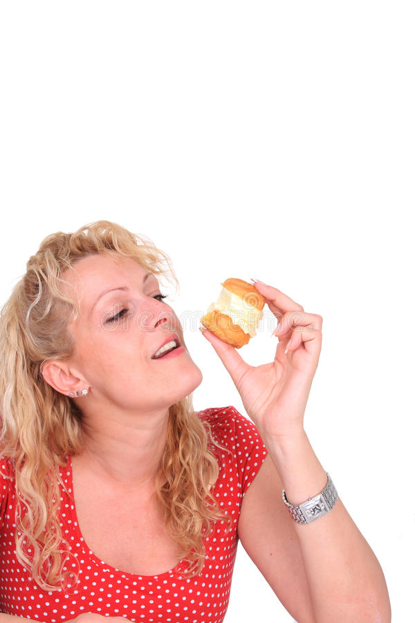 Frau, die Kuchen isst lizenzfreie stockbilder