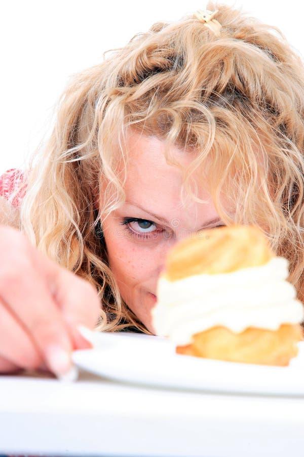 Frau, die Kuchen isst stockfotos