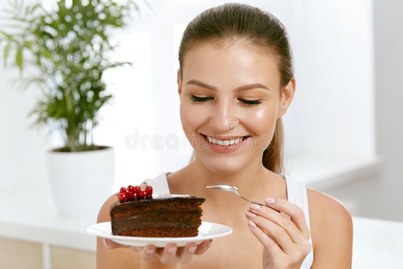 Frau, die Kuchen isst Schöner weiblicher Essennachtisch stockfoto