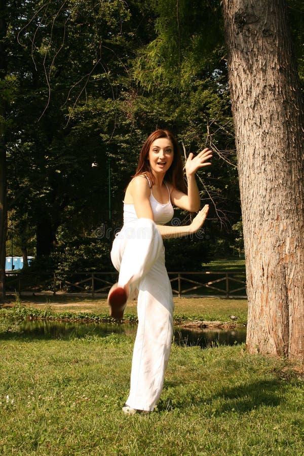 Frau, die Kung-Fu übt stockfotos