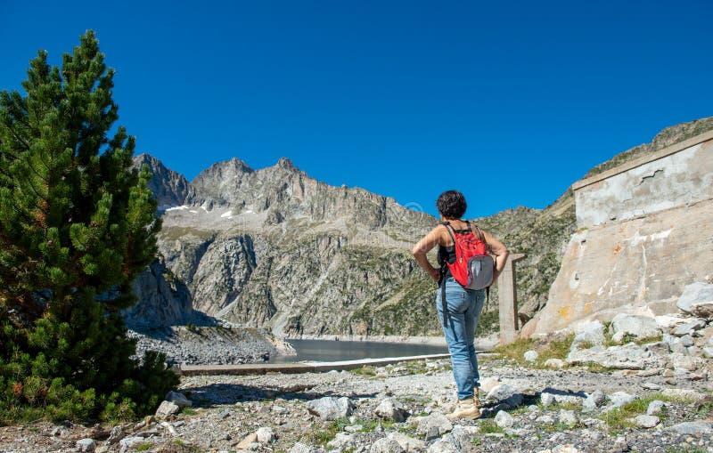 Frau, die lang einen Damm de Cap de, Frankreich schaut stockfotografie