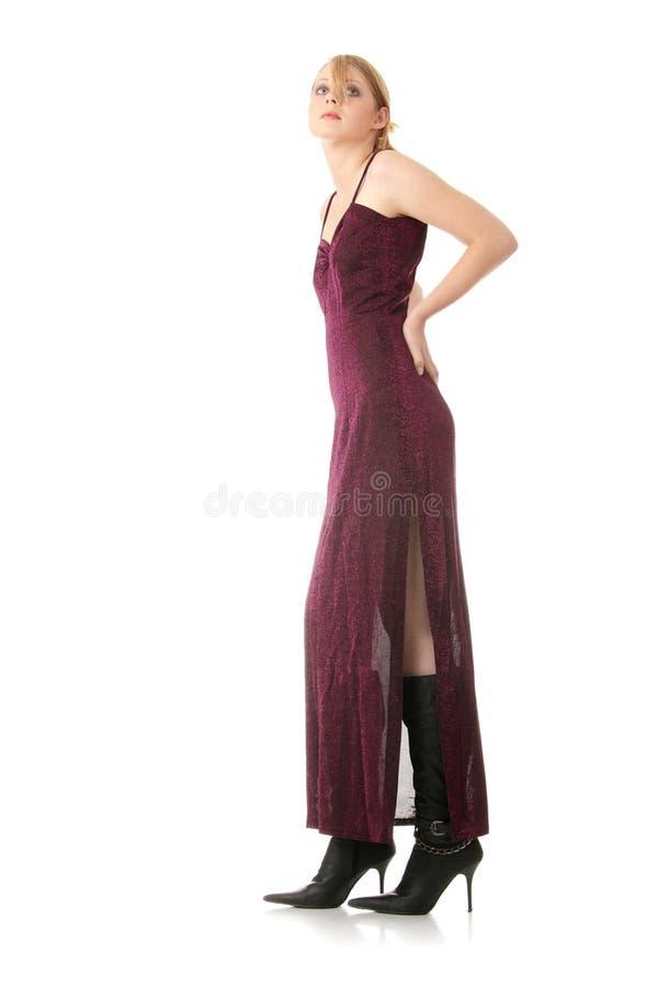 Frau, die langes elegantes Kleid trägt lizenzfreie stockfotos