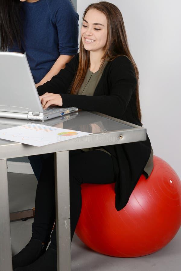 Frau, die an Laptop arbeitet lizenzfreies stockbild