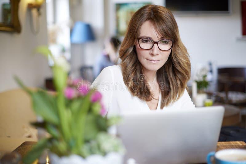 Download Frau, Die An Laptop Arbeitet Stockbild - Bild von portrait, bistro: 90231009