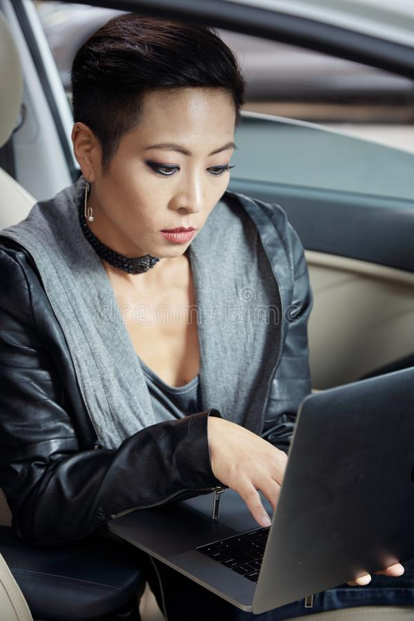 Frau, die an Laptop arbeitet stockbilder