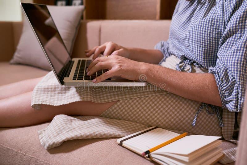 Frau, die an Laptop arbeitet lizenzfreie stockfotos