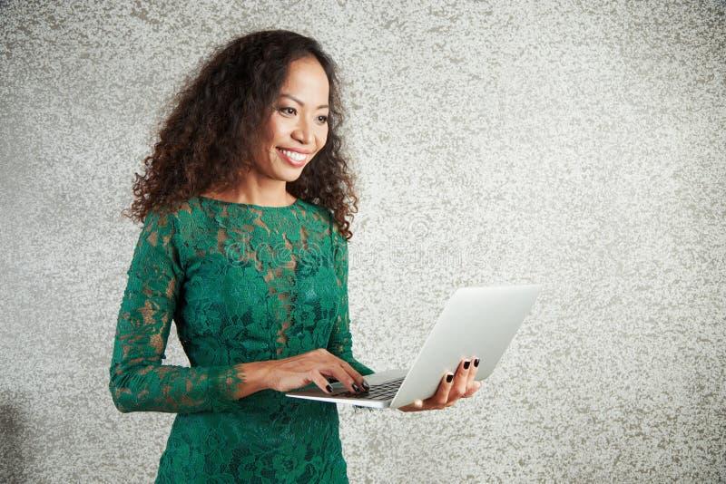 Frau, die an Laptop arbeitet stockfoto