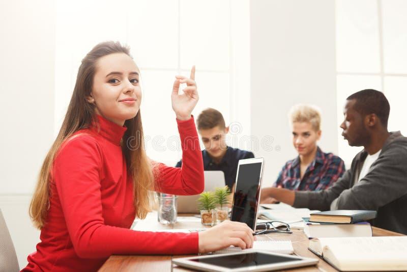 Frau, die Laptop im modernen Büro verwendet stockfotos