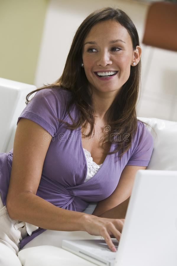 Frau, die Laptop verwendet stockbilder