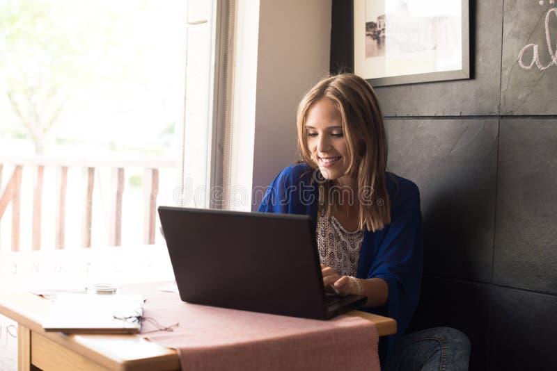 Frau, die Laptop verwendet stockfoto