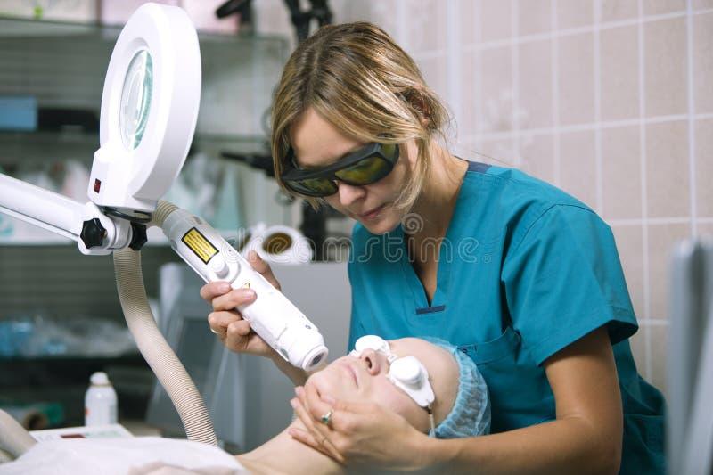 Frau, die Laser-Hautbehandlung sich unterzieht stockfotos