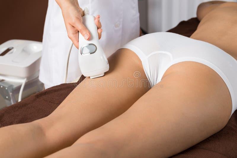 Frau, die Laser-Therapie auf Schenkel bekommt lizenzfreie stockfotografie
