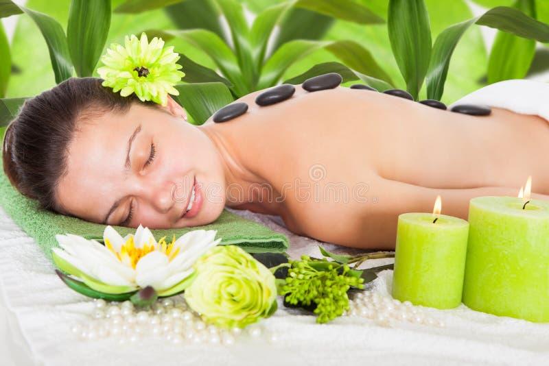 Frau, die lastone Massage erhält lizenzfreie stockfotografie