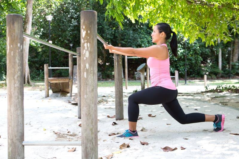 Frau, die Laufleinenübung Park im im Freien tut lizenzfreies stockbild